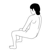 椅子にもたれて浅く座る